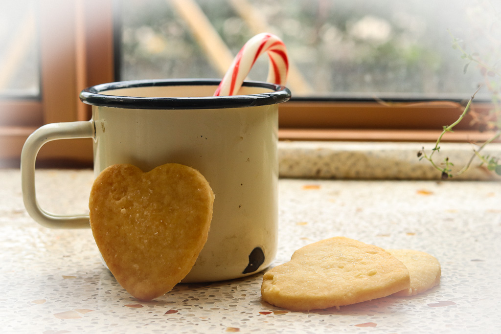 ספל שוקו עם עוגיות חמאה