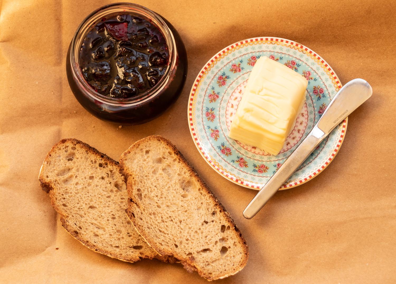 ריבת דומדמניות עם לחם וחמאה צהובה
