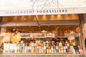 חלון חנות הספרים Mcnally Jackson בניו יורק