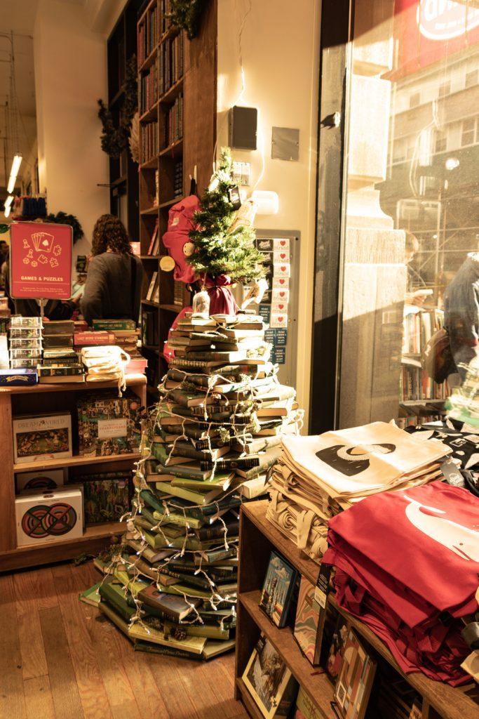 עץ חג המולד של ספרים בסטרנד