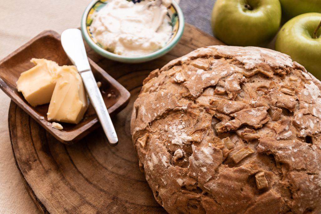 לחם תפוחין עם חמאה ושמנת